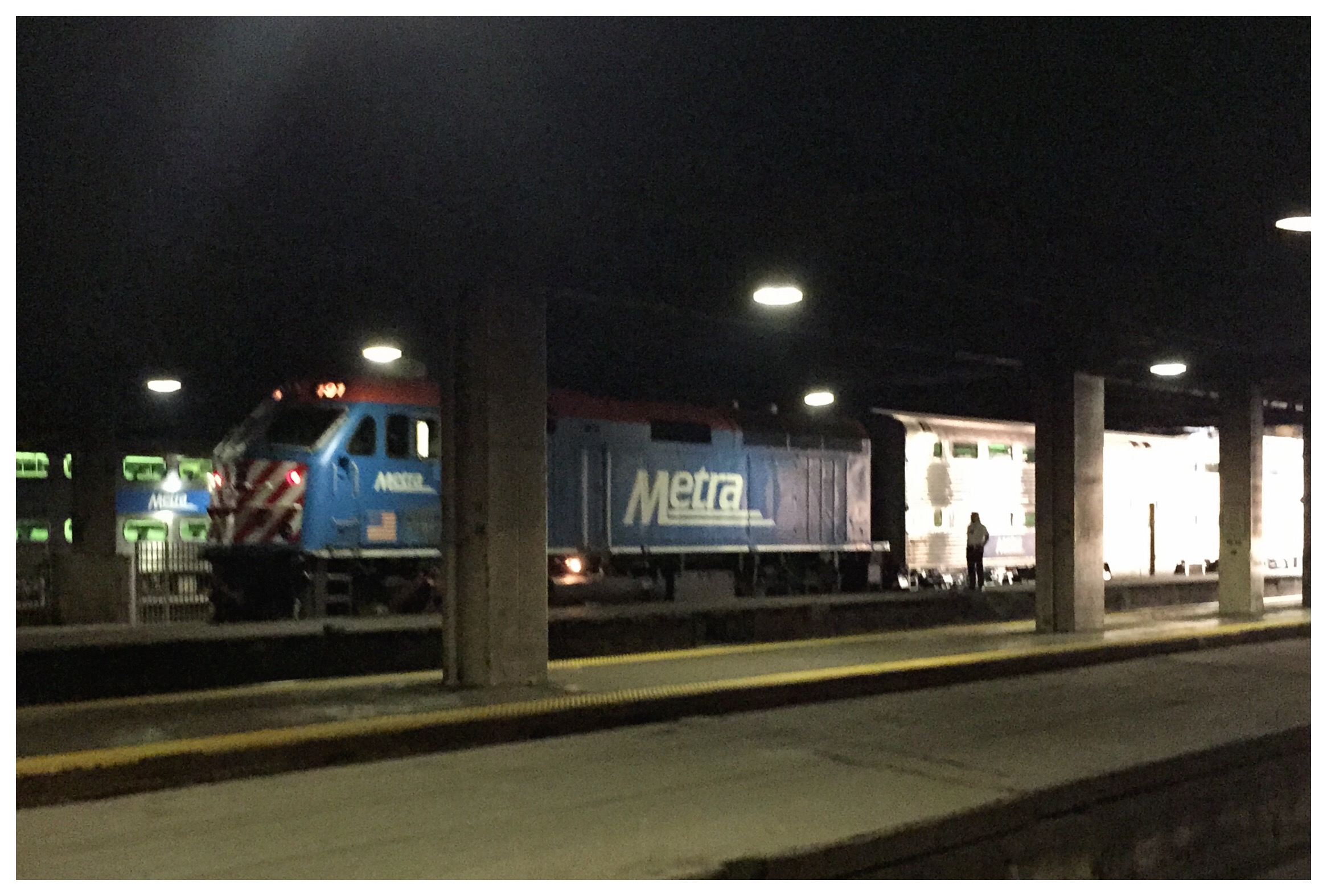 metra commuter train at chicago union station